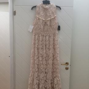 Smuk kjole sælges - drømte om at have den på til mit eget bryllup, men da jeg er blevet gravid, må jeg hellere sande, at jeg ikke kommer til at kunne passe den, øv! Derfor håber jeg, at der er en anden, det vil blive glad for den.  Den kan i øvrigt også bruges som kjole til andre arrangementer end bryllup :).
