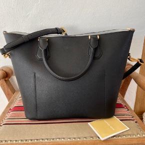 Sprit ny Michael Kors taske i ægte skind. Købt i Las Vegas for 2700kr, på tilbud. Nypris er ca 3700kr Tasken hedder Greenwich.  Bytter ikke.