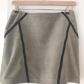 Skind nederdel fra 2ndday m flotte sorte bånd