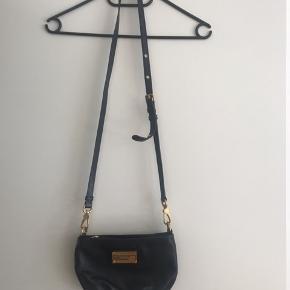 Fin og velholdt taske Bærer lidt brugsspor indvendigt på stoffet se billede. Den er i skind og lukkes med lynlås. Bredde ca 23 cm Højde ca 15,5 cm Remmen er justerbar og kan tages af Bytter ikke og sender med DAO