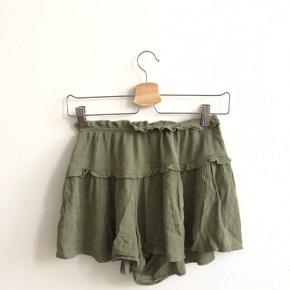 Shorts fra ASOS, som ligner en nederdel. Er i en grønlig farve, og uden huller eller pletter. BYD !