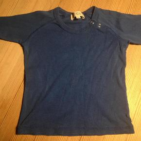 Varetype: bluseStørrelse: 12mdr Farve: Blå Oprindelig købspris: 250 kr.  Blusen som næsten er ubrugt. Fejler intet! :)
