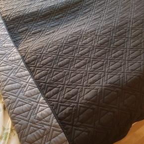 Sengetæppe fra Søstrene Grene. Måler 200x220