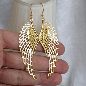 Er du en engel ? Så har jeg hjemmelavede englevinger øreringe 👼  (Jeg har så jeg kan lave til max. 6 par) Hele længden er 8,5 cm. Fast pris.  Se også mine andre annoncer med smykker 🦋