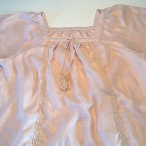Laksefarvet tunika/sommer☀️kjole m/bindebånd i halsen, blonder, broderier, flæser plus luftige ærmer.   100 % polyester.