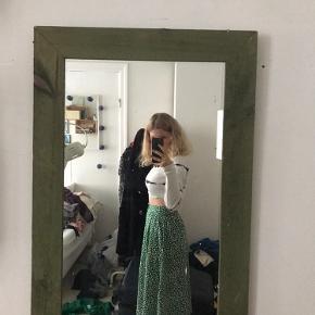 Grøn nederdel med hvide prikker og knapper Ned foran sidder virkelig flot i taljen. Er åben for både bud og spørgsmål