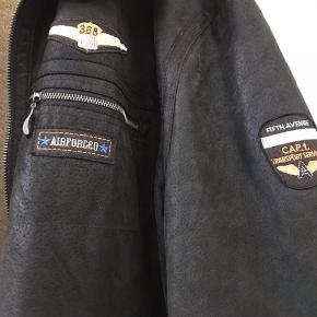 Super lækker rulamsjakke ( ægte skind ) fra replika jeans  Str 7XL   Den er som ny , kun brugt få gange .   Ny pris ca 4500 kr