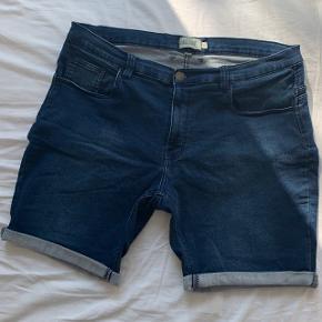 Mørkeblå shorts Str. 44 Ny pris: 230 kr. Brugt men i god stand