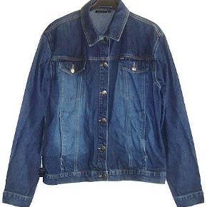 Dejlig mørkeblå jakke fra Fransa i str l, brugt men i fin stand.  Porto 37 kr