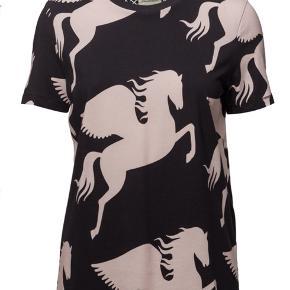 Helt ny og ubrugt t-shirt fra By Malene Birger sælges.  Style: Everly (lyserød/sort).