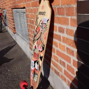 """Im parting ways with my landyachtz Battle axe, the board is used but still in tip top condition perfect for commuting, carving and cruising. The board comes with a Bear trucks and Rayne wheels. Ready for Pick ups or meet ups along Copenhagen area, SPECS: Length - 40""""   Width - 9""""   Wheelbase - 29.5"""" CONSTRUCTION: 8 Plies of Maple, Drop-Through Mounting GREAT FOR RIDERS OF ALL LEVELS: Stable and easy to push. Low to the ground with moderate flex. PERFECT FOR COMMUTING: This board was designed to get you from point A to point B as comfortably as possible. PREMIUM COMPONENTS:  - Bear Grizzly 852 trucks / 181 mm hanger with / 251 mm axle width - Rayne Lust 70 mm 77A wheels - ABEC 7 bearings. Læs mindre"""