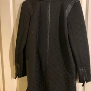 Smart jakke med læder detaljer (knustlæder). Læderet kan knappes af ved halsen, hvis man ønsker det.  Bytter ikke, mindstepris 200 kr