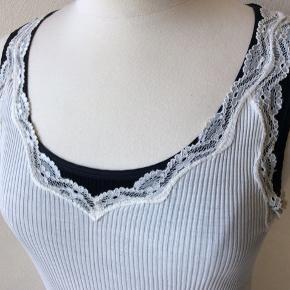 Farve: Nude. Materiale: 100% silke. Perfekt stand. Sendes for kr. 35,-
