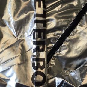 Fed sølv vindjakke fra Better Bodies. Brugt 2 gange og er som ny.