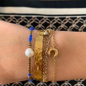 Celine armbånd 💙 Blandede blå og guld perler med ægte ferskvandsperle ✨  Fragt 10kr ⭐️