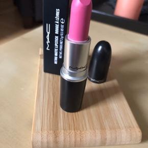Ny og ubrugt MAC Retro Matte Lipstick i farven Going Steady. Se fotos for swatches eller googl evt. farven. Den er i æske.   61,- + fragt kr. 37,- med Dao. Fast pris.  Bytter ikke.
