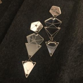 Fantastiske statement øreringe i sølv-plexiglas fra Zara Voigt. Perfekt stand🌼  Afhentning i Valby. Sender også med Tradonos forsendelsessystem med forsikring.