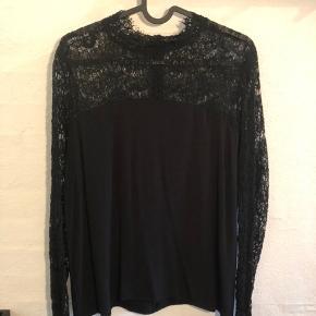 Sælger denne super fine blonde bluse fra Sofie Schnoor. Den er brugt meget få gange og fremstår flot. Nypris: 800 kr.
