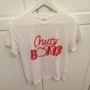 """Harvard """"Cherry Bomb"""" t-shirt fra Ganni, str. M. Kan sende med DAO, køber betaler fragt"""