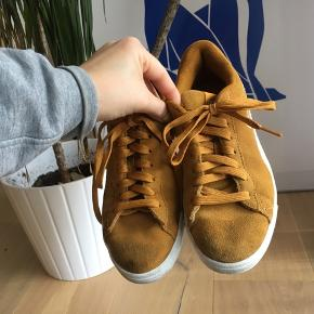 Sneakers sælges 🧡  Disse fede puma sneaks sælges, grundet flytning!   De er næsten ikke blevet brugt udenfor ✨  Har den fineste varme orange farve, som passer perfekt her til efteråret 😍  Sålen er af memoryfoam, så de passer på foden og er rare at gå i 👟  Byd endelig 😘