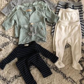 Tøjpakke i 62-68. Meget af det har næsten ikke været i brug. De 2x hvide bukser er i uld. Der er et par pletter på.