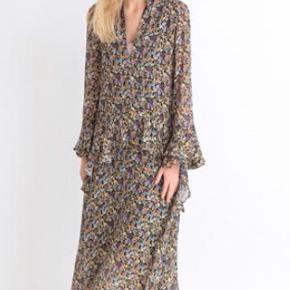 Smuk kjole fra Birgitte Herskind   100 % Viscose  Str. 38/Medium   Multi farvet   (Sidste billede er en anden farve og kun for at vise hele modellen på)  Jeg har lige købt den her på Trendsales og kjolen er desværre for stor til mig.   Så smuk, som ny.   (Ps. Har en selv i en anden farve i str. 36/small som jeg bor i, så lækker en kjole)