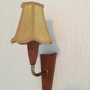 Teak træ lampet retro vintage Klassiske og lette små teaktræs lamper. Årgang ca 1964 De er perfekte i f.eks. soveværelse eller i gang/værelse ved siden af et billede, spejl eller lign. – Med et blødt svunget teak stel er disse væglamper det ideelle valg til en stemningsfuld ekstrabelysning i hjem med en klassisk retro atmosfære. Væglamperne virker også sammen med en indretning i et ungt og moderne hjem.
