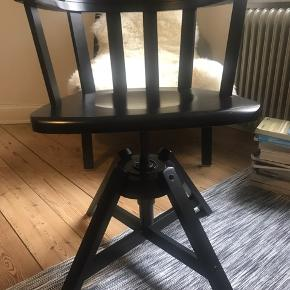 Træ kontorstol fra IKEA. Har lidt slidemærke men ellers står den flot.