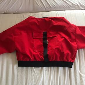 Rød bomberjacket i str. Small/medium