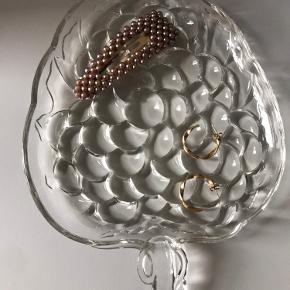 Fint lille jordbær i glas. Har mindre skrammer, men det ses ikke. Har været brugt som smykkefad   Måler cirka 17x15 cm (uden stilk)