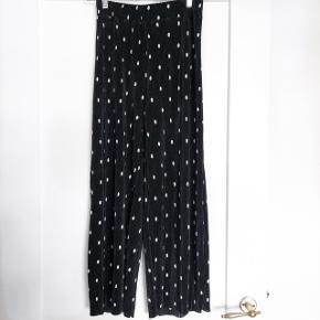 Zara flare bukser i sort med prikker   størrelse: S   pris: 150 kr   fragt: 37 kr