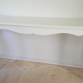 Smukt hvidt konsolbord i virkelig fin stand. Længde 180, højde 86 og dybde 42 cm