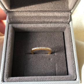 Smuk Julie Sandlau Ring, forgyldt med 22 karat guld og håndsat.  Sælges da jeg hellere vil have den i sølv. Købt sidst i juni 2019, og aldrig gået med🌸 Originalpris 1200kr✨