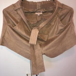 Shorts fra Buch Copenhagen str. small - velour beige / brun. Billedet er taget med blitz.