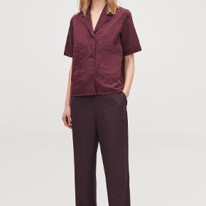 Smukkeste mørkerøde bukser i 100% glat silke fra COS. Med blød elastik i livet. Jeg har lagt dem lidt op, så de sidder som på sidste billede. De er florlette og derfor perfekte til sommer. De passer både S og M. Nypris 1200.   Tjek også mine andre annoncer ☀️ Jeg sælger også tøj fra Acne Studios, & Other Stories, Massimo Dutti og vintage.