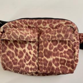 Crossbody taske fra Samsøe Samsøe, sælges for 250kr. Kom endelig med bud.