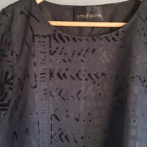 Sort kjole med mønster fra Stine Goya. Brugt én gang.  Onesize.  Meme Dress. Boom Black.  Kom med et bud!!