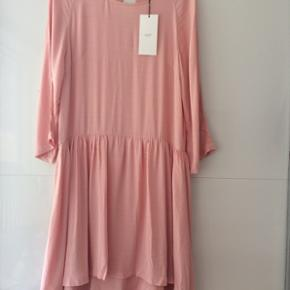 Super flot oversize kjole længde ca. 100 cm brystmål ca. 2 x 52 cm 100 % viskose den er stor i str.