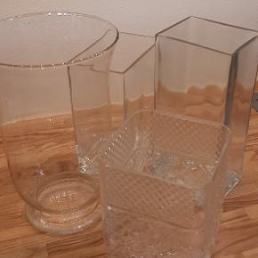 Glasvaser i forskellige størrelser.  5 stk.   Rund 25 cm høj / 15 diameter 50 dkk  Firkantet, rektangel 18 høj / 12 x 8 cm  50 dkk  Firkantet, rektangel 22 cm høj /  10 x 8 cm  50 dkk  Firkantet, rektangel 22 cm høj / 10 x 7 cm, lille skår i kanten  40 dkk  Firkantet, kvadrat  14 cm høj / 12 x 12 cm  50 dkk