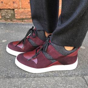 Bordeaux sneakers / sko fra Unisa i læder og ruskind   Str. 38 - almindelig i størrelsen  Brugt max 5 gange  Nypris: 1000 kr. Sælges for minimum 330 kr. pp  INGEN BYTTE!   Kan sendes for 43 kr. med DAO - ved forsendelse er porto på købers regning.