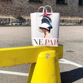 """Cool taske fra Acne Studios. Med motivet fra Acne Paper """"Supreme Play"""" motiv. Købt hos Acne . Nypris 3000,-."""