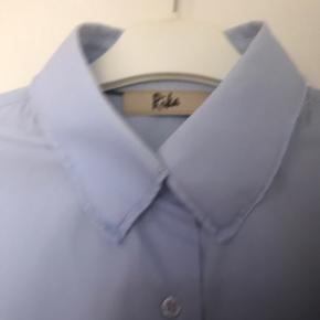 Klassisk herreskjorte med kant. Str. s men stor i størrelsen, så den svarer til en str m Bytter ikke.