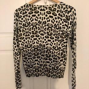 Hvid cardigan med leopardprint fra Vero Moda.  Jeg har aldrig fået den brugt, men den er vasket en enkelt gang med henblik på brugt.