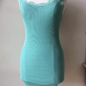 Farve: aqua. Materiale: 70% silke, 30% bomuld. Lang top. Perfekt stand. Jeg har to stk. Sendes for kr. 35,-