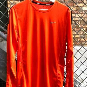 Sælger denne langærmet Nike trøje i en str small. Sælges da den samler støv :)  Str small Cond 9/10
