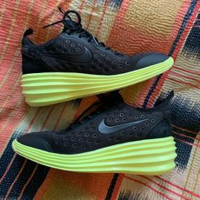 Nike lunarlon i sort med neon gul wedge til den hurtige type. Jeg har været glad for at bruge dem både til hverdag og fest, men nu må de videre. Mindre tegn på brug, men ingen skader, og står stadig flot 🌼🌼🌼
