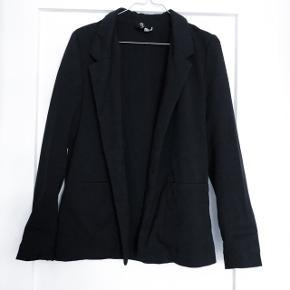🛑 FLYTTESALG🛑 Hjælp med mig at få ryddet ud i hele garderoben, % ved køb af mere end 1 vare, procenterne bliver regnet uden fragten.  H&M blazer   størrelse: 34   pris: 50 kr   Fragt: 37 kr   obs der mangler en knap foran, der er en ekstra med så den kan bare syes på