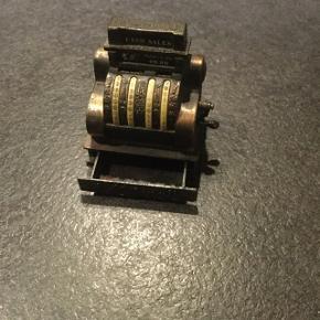 Sjov lille ting,  har været en blyant spidser, men den virker ikke mere. Det er jern/messing el. Lign. 6 cm høj og 4 cm bred.
