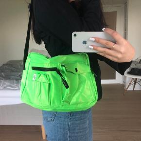 Super fin og nyttig Mads Nørgaard taske i neon grøn☘️  Sælges da jeg ikke får den brugt  Sender gerne flere billeder!   Køber betaler fragten☺️