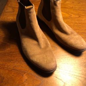 Støvlerne er i ruskind. De har kun været i brug to gange, så de er i god stand. Nypris var 1200,-. Kom gerne med bud.
